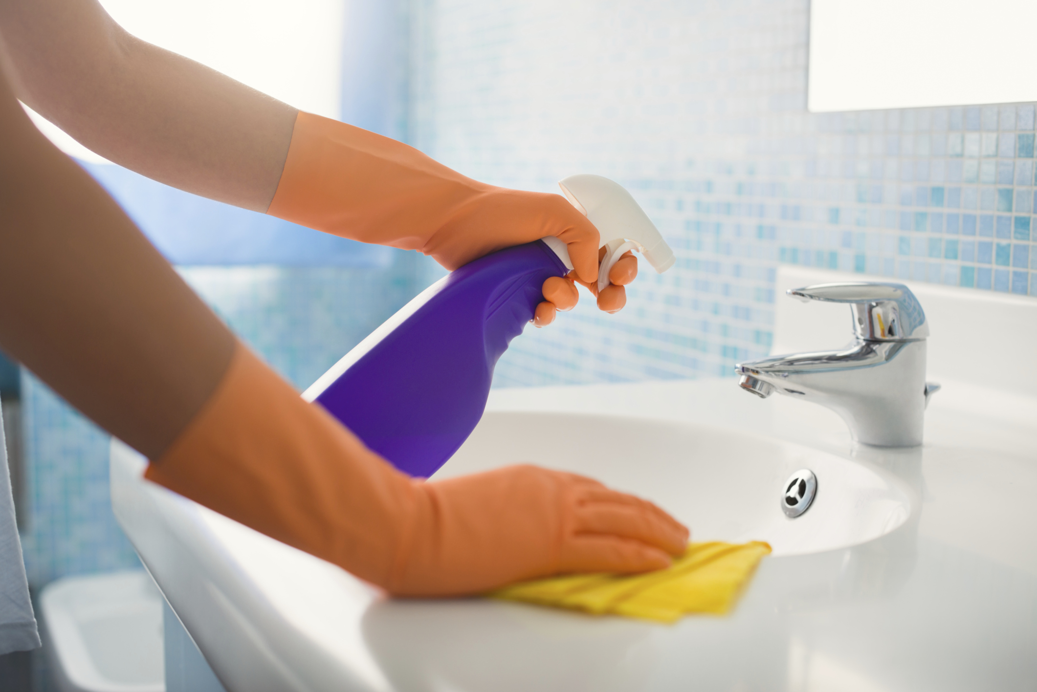 Cleaning with bleach vs vinegar